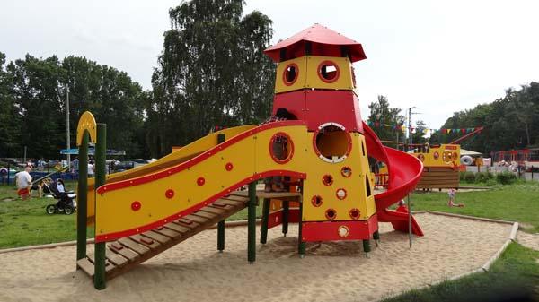 Plac zabaw i plaża w Stogach